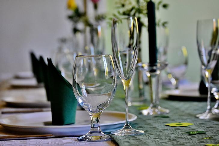 gedeckter tabula, Valde, galda piederumi, brilles, plate, salvetes, svētku