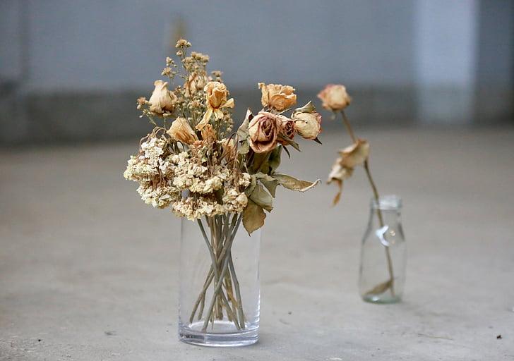 Gerro, flor seca, ampolles de vidre