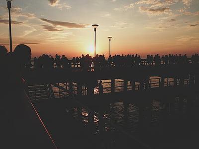 solnedgång, Pier, personer, folkmassan, skymning, siluett, skuggor