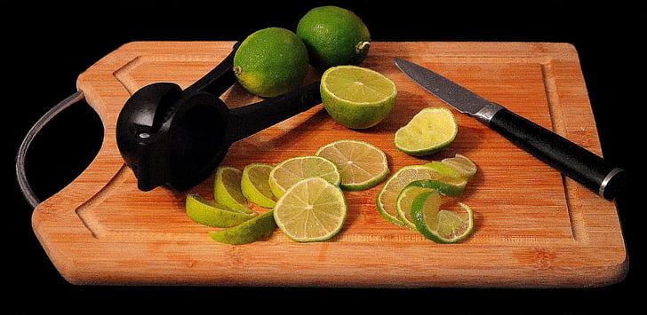 Lime, citrusfrukter, skärbräda, citroner