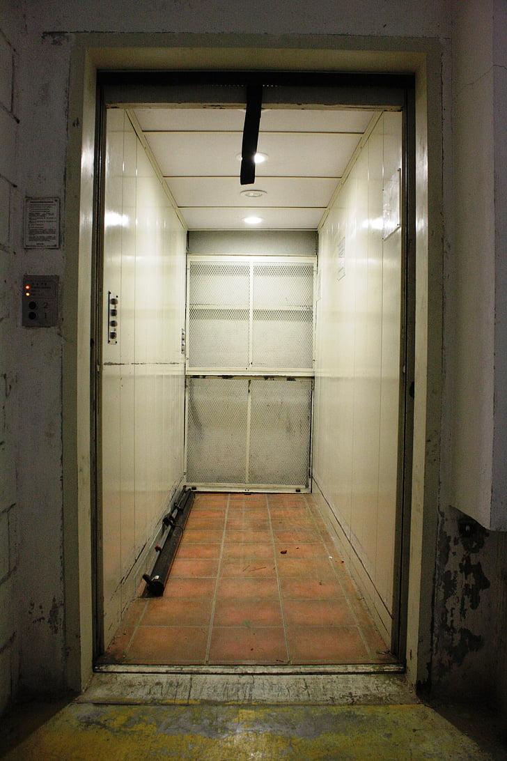 Lift, ajtó, fény