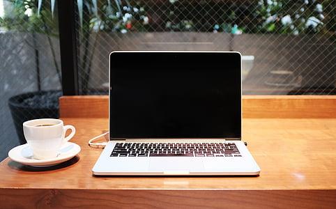 obrátil, MacBook, Pro, vedľa, biela, keramické, šálka