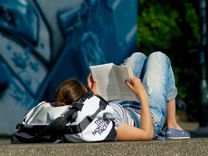 đọc cuốn sách, người phụ nữ, trẻ, trên mặt đất, nói dối, phụ nữ, mọi người