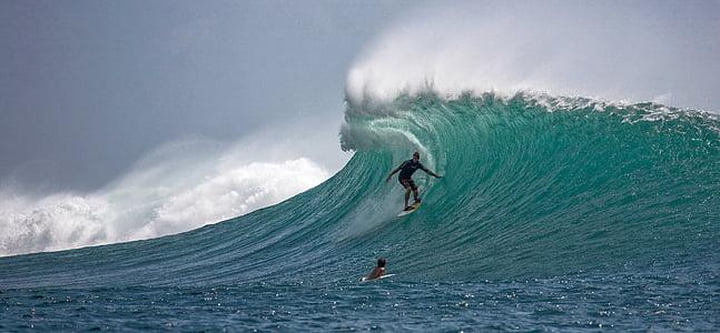 Surfer, stora vågor, skickligt, Ombak tujuh kusten, Indiska oceanen, ön Java, Indonesien