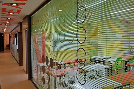Office, koridor, Spoločnosť
