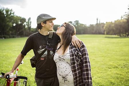 Cặp vợ chồng, xe đạp, cỏ, công viên, giản dị, trẻ, mẹ là