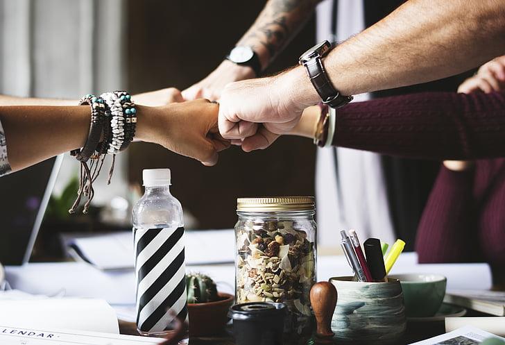 collègues, coopération, bosse de poing, poings, mains, gens, équipe