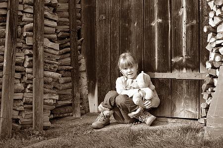 dziecko, Dziewczyna, Miś, ziemi, siedzieć, drewno