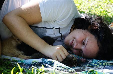 Žena, Děvče, žena s kočkami, koťata, Žena hrající s kočkami, žena ležela v trávě, dívka s kočkami