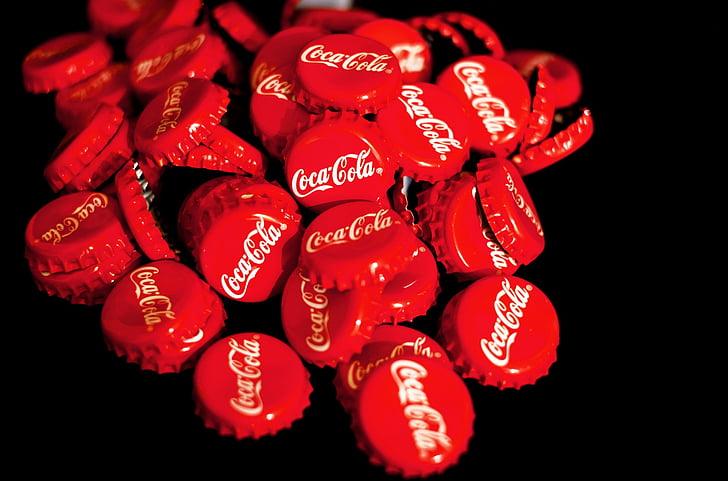 Coca cola, karūna kamščiai, raudona, gaivusis gėrimas, šventė, meilė, juodame fone