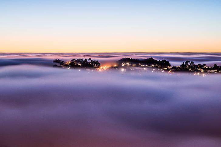 staden, moln, kvällen, dimma, dimmigt, lampor, över molnen