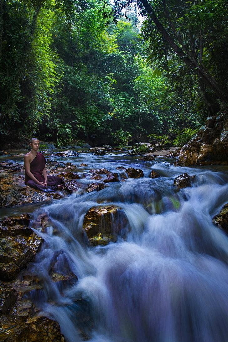 THERAVADA monk, meditēt, Meditācija, budistu, Monks pie strauta, Monks pie dabas, meditējot pie strauta
