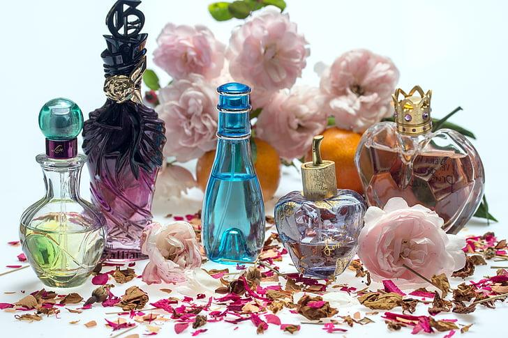 Natüürmort, roosid, Parfüümid, Parfüümid pudelid, aroom, roosi kroonlehed, aroomiteraapia