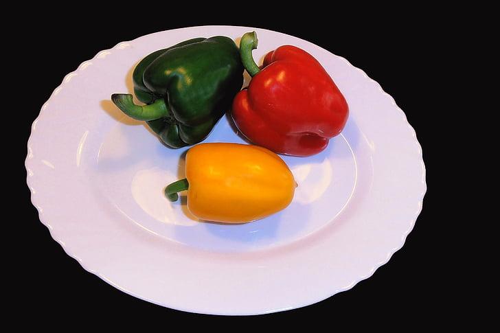 paprika, saldie pipari, sarkana, dzeltena, zaļa, melna fona, pipari