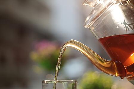 thee, zwarte thee, glazen kan
