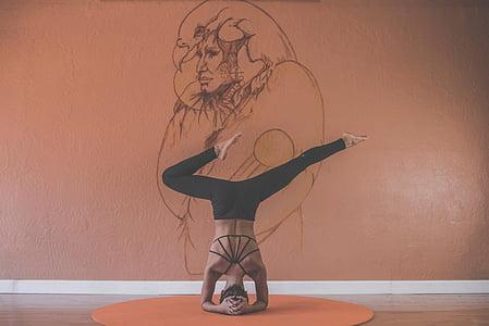 osoba, headstand, w pobliżu, brązowy, ściana, Farba, Joga