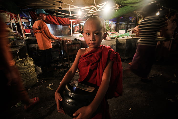 Mjanmarsko, Yangon, Čína ulica, mladý mních, Nováčik, Mjanmarsko, Barma, Walking street