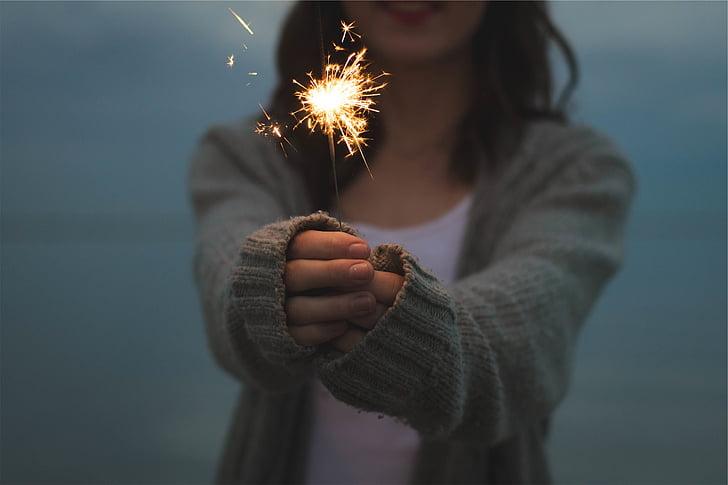 Sparkler, saimniecība, rokas, uguņošanas ierīces, mirdz, uguns, gaisma