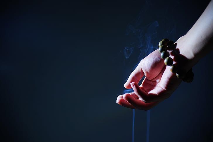 main, perles de prière bouddhiste, fumée, Zen