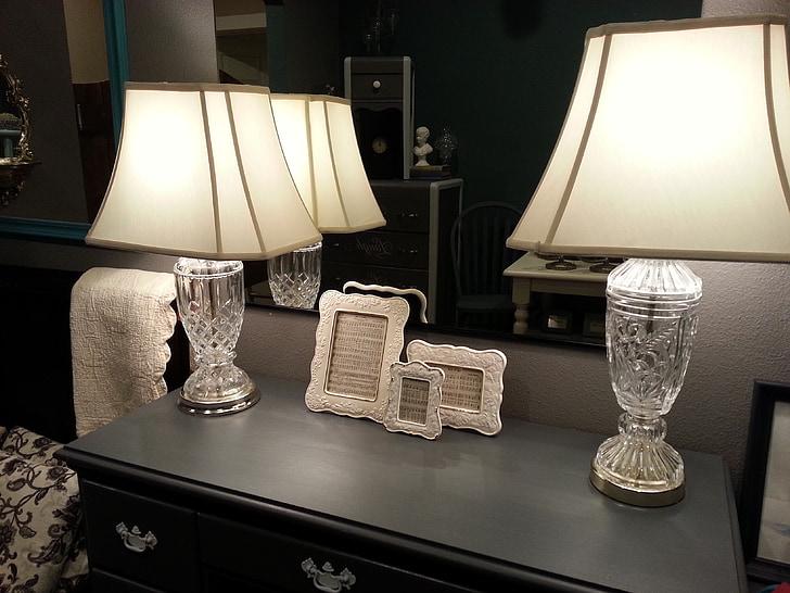 lâmpadas, espelho, mesa