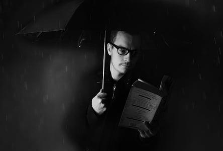 home, persones, paraigua, pluja, temps de llibre, nit, fosc