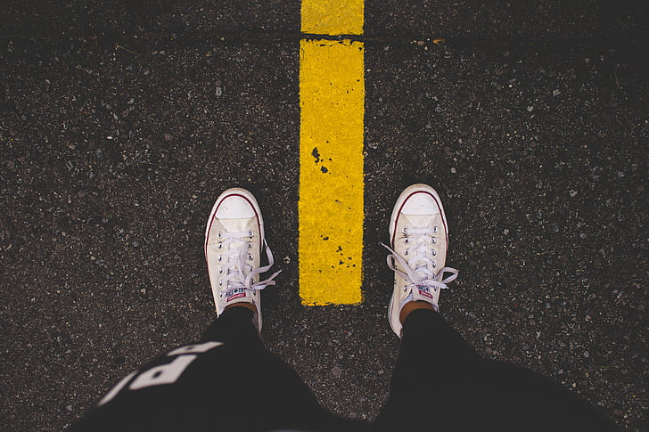 เท้า, ถนน, ท่องเที่ยว, ผจญภัย, สนทนา, สีขาว, รองเท้าผ้าใบ