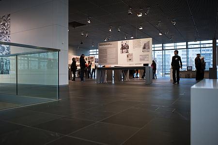 terrors pinnamood, näitus, Berliin, interjöör, muuseum, arhitektuur, külastajaid