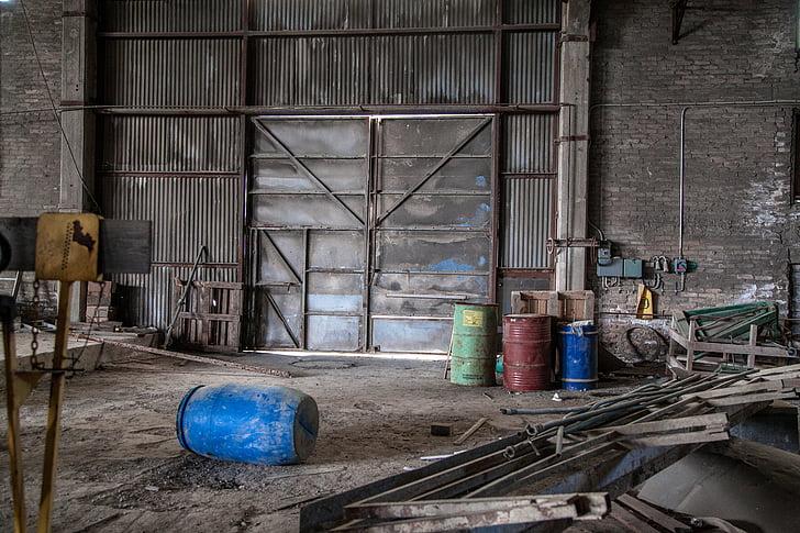 porta metàl·lica, destrucció, fàbrica abandonada, buit, rovellat, òxid, indústria