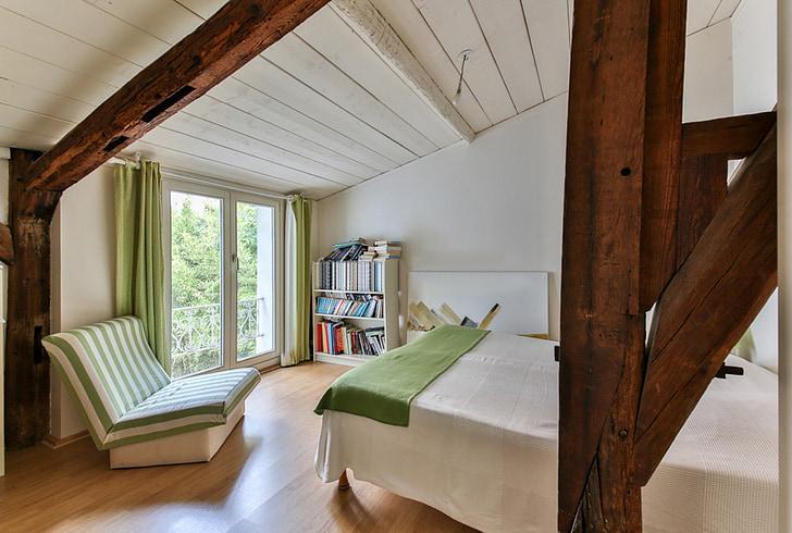 moderná izba, drevené trámy, moderný interiér, zelené dekorácie, interiérový dizajn