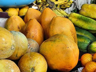 Ekvador, Cuenca, Pazar, egzotik meyveler, Papaya, renkli