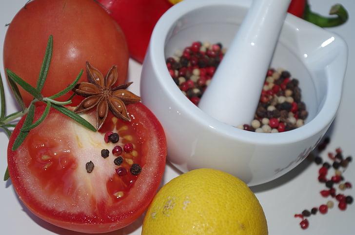 bunte Gewürze, maždiar, Tomaten, Sternanis, Rosmarin, Zitrone, Pfeffer