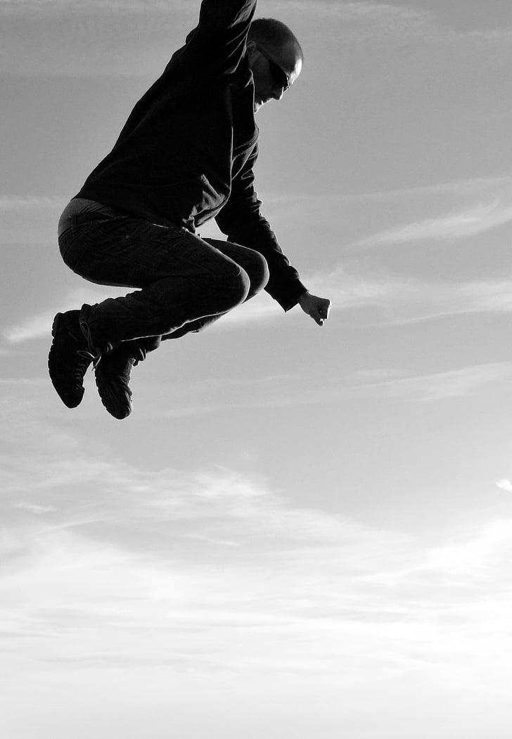 vīrietis, lēkt, lēkšana, lido, melnbalts, debesis, augsta