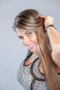 hermosa mujer, para la cámara, sonriendo, manteniendo su pelo, cabello, hermosa, LIGÓN