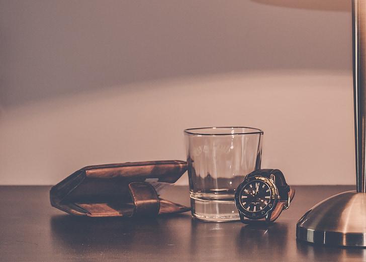 แก้ว, กระเป๋าสตางค์, นาฬิกา, โต๊ะข้างเตียง, โคมไฟ, ข้าวของ, เงิน