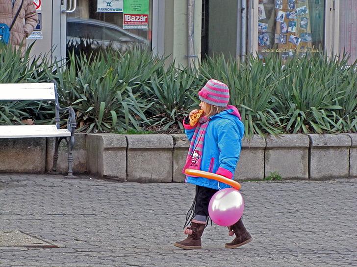 Kid, malá holčička, chůze, sám, malé dítě