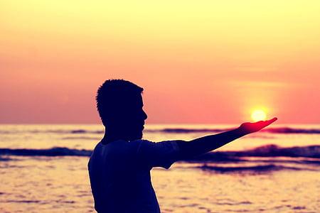 sol a la mà, sol de Tacte de noi, toc de sol en humans, sol, noi, l'estiu, natura