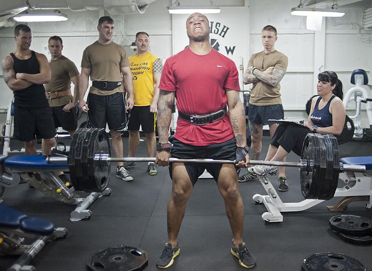súlyok, súlyemelők, halott lift, férfiak, nő, tornaterem, edzés
