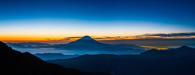 panoramautsikt över landskapet, MT fuji, innan gryningen, tystnad, vid foten av staden lamporna på den, Fujinomiya, Japan