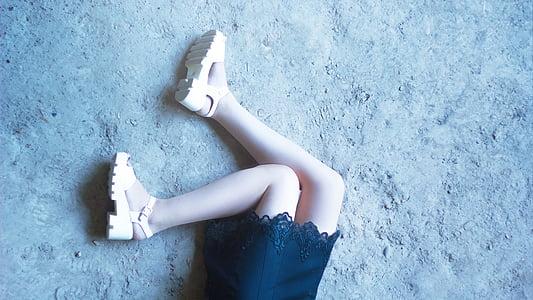 jalad tüdrukud, tüdruk kleit, juuksed, korrusel, huuled, maa, taust