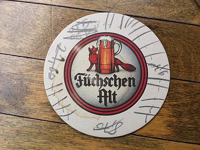 Sota gots de cervesa, füchschen, cervesa, Altbier, taula, fusta, ronda