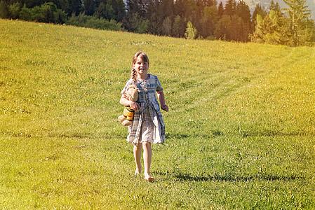 ανθρώπινη, το παιδί, Κορίτσι, Ξανθιά, ξυπόλυτος, αρκουδάκι, Λιβάδι