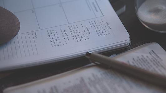 Nhật ký, máy tính xách tay, lịch, Kinh Thánh, tục ngữ, bút, Kinh Thánh