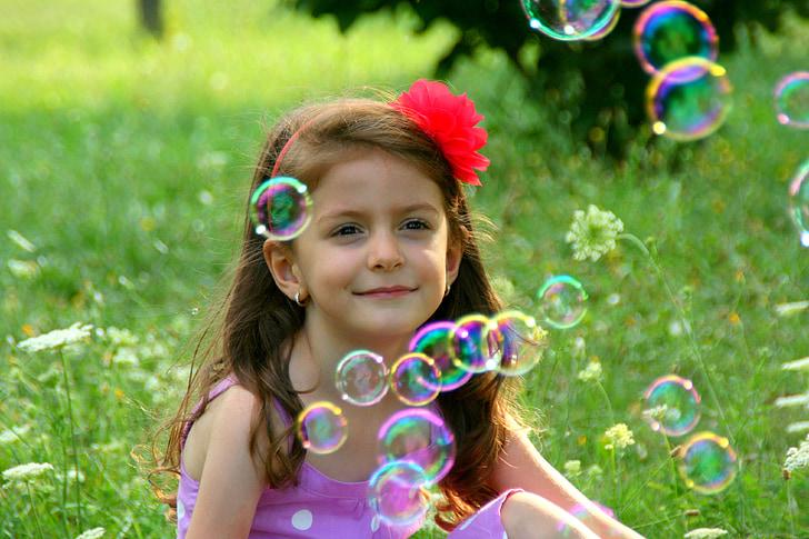 noia, bombolles de sabó, somriure, herba, bombolles