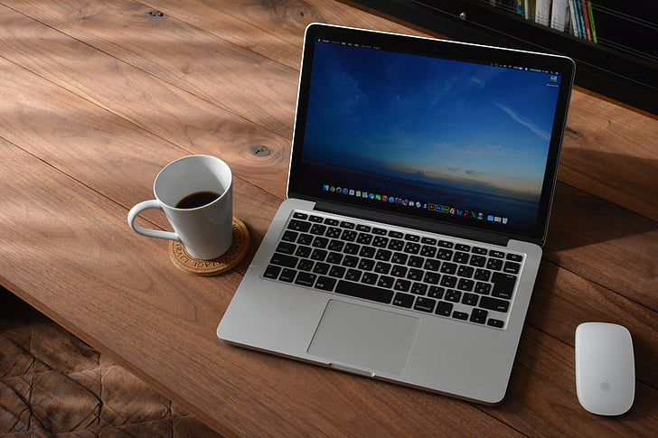 přenosný počítač, MacBook, káva, dřevěný psací stůl, PC, zápisník, počítač