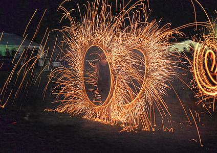 Mostra el, espurnes de foc, un, silueta, celebració, foc - fenomen natural, nit