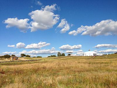 Λιβάδι, το τοπίο, yurts, μπλε ουρανό και άσπρα σύννεφα, το φθινόπωρο