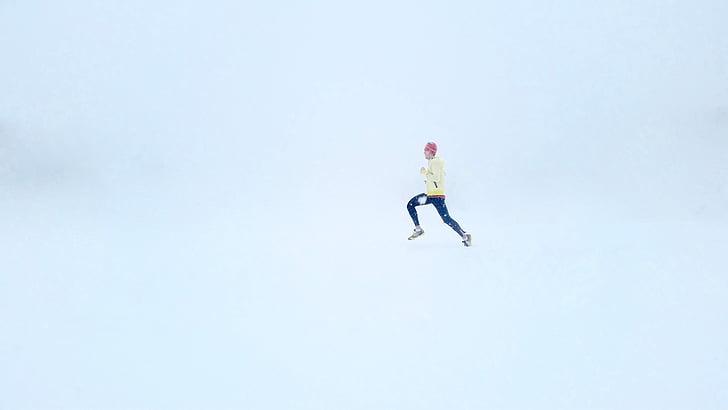 Bėgantis žmogus, sniego fone, sniego, žiemą, asmuo, balta, lauke