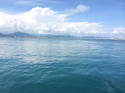 Sanya, West island, mora, modrá obloha a biele oblaky, morská voda