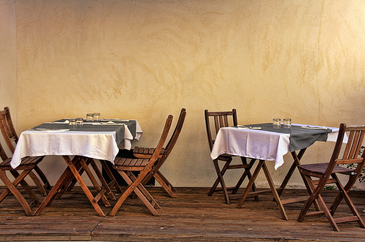 Francija, Provansa, bistro, jedilne mize, stoli, steno, sredozemski
