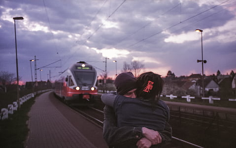 junts, parella, l'amor, estació de tren, parella d'enamorats, persones, jove